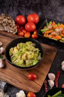 Mescolare il cavolo bianco con la salsa di ostriche su un piatto nero.