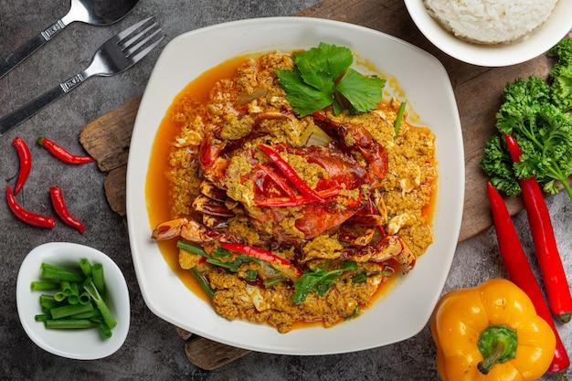 Mescolare il granchio fritto con polvere di curry contorni fantastici.