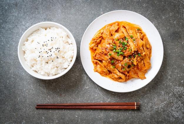 Mescolare il maiale fritto con il kimchi