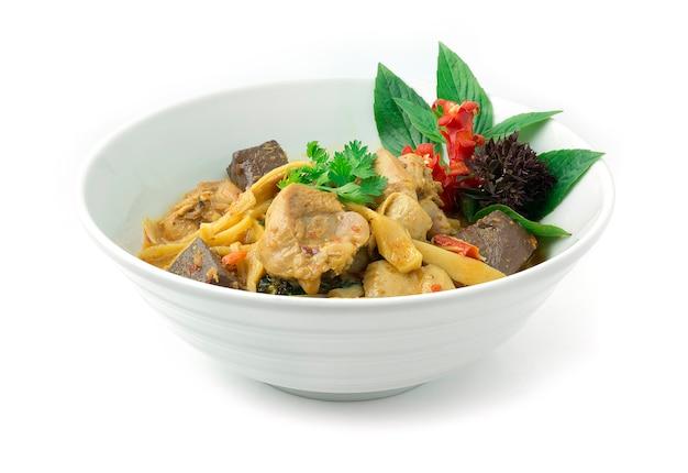 Mescolare il pollo fritto con curry rosso, germoglio di bambù