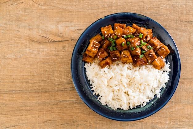Mescolare il tofu fritto con salsa piccante sul riso