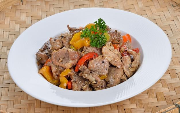 Mescolare la carne di maiale con peperoncino al peperoncino. cibo della tailandia