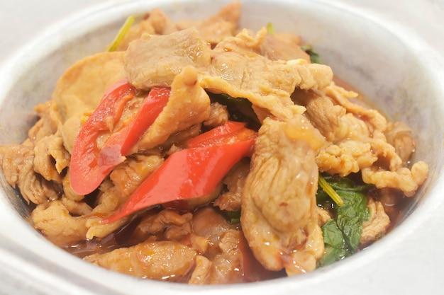 Mescolare la carne di maiale fritta con basilico cibo tailandese