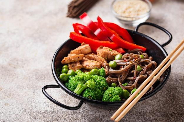 Mescolare la soba con carne e verdure
