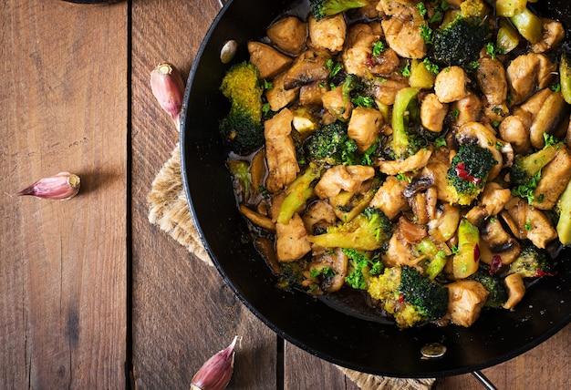 Mescolate il pollo con broccoli e funghi - cibo cinese