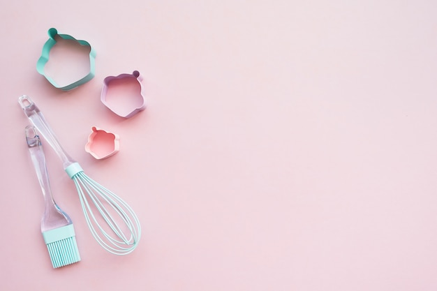 Mescoli appoggiando gli utensili rosa e blu su fondo rosa con lo spazio della copia, vista superiore