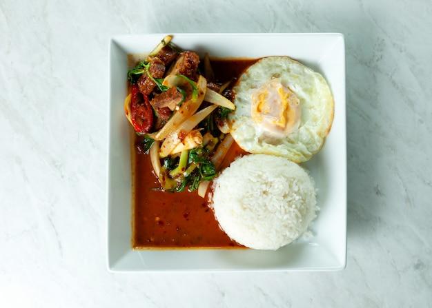 Mescoli fried crispy pork e chili paste con riso, alimento tailandese
