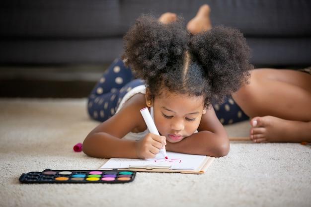 Mescoli la corsa della mamma e delle figlie che giocano il giocattolo in salone