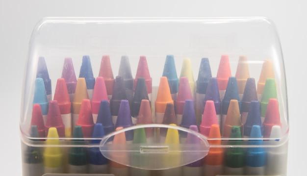 Messa a fuoco all'interno della scatola di plastica colorata di pastello