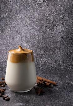 Messa a fuoco selettiva, bevanda coreana, caffè dalgona. con latte freddo, schiuma dolce e forte con zucchero