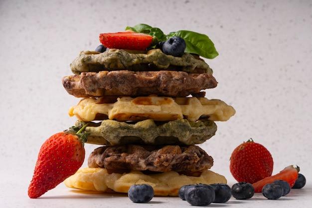 Messa a fuoco selettiva, cialde di cagliata con vaniglia e frutti di bosco freschi su sfondo chiaro