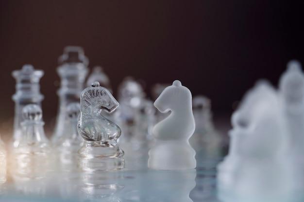 Messa a fuoco selettiva del cavaliere di cristallo scacchi a bordo del gioco