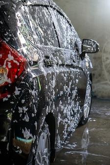 Messa a fuoco selettiva di black car wash con sapone