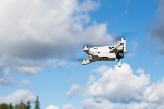 Messa a fuoco selettiva, drone volante, quadricottero, sullo sfondo della natura estiva e della vegetazione