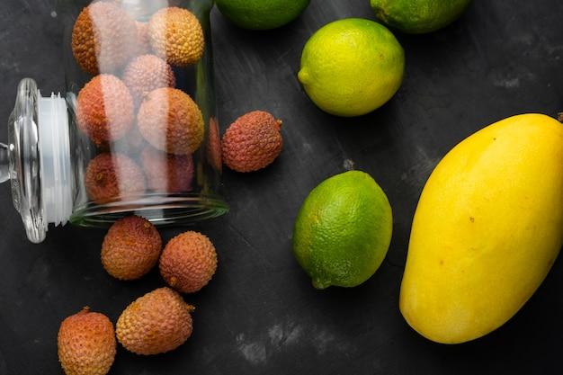 Messa a fuoco selettiva, frutti tropicali dall'asia, mango e lime, litchi