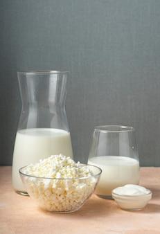 Messa a fuoco selettiva, latticini in un contenitore di vetro su un tavolo luminoso, latte, copyspace