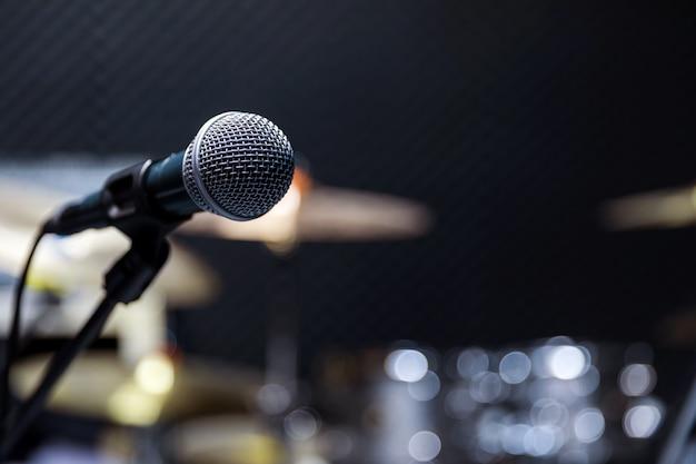 Messa a fuoco selettiva microfono e sfocatura chitarra attrezzatura musicale,