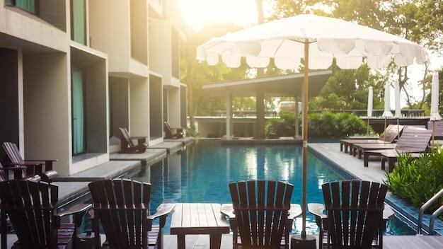 Messa a fuoco selettiva scale piscina in hotel con riflessi di sole.