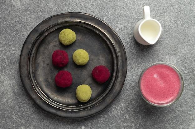 Messa a fuoco selettiva su alternativa al caffè sano di latte di barbabietola, tè verde matcha e tartufi di lampone rosa lampone