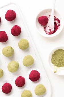 Messa a fuoco selettiva sul tè verde matcha e tartufi di barbabietola lampone rosa