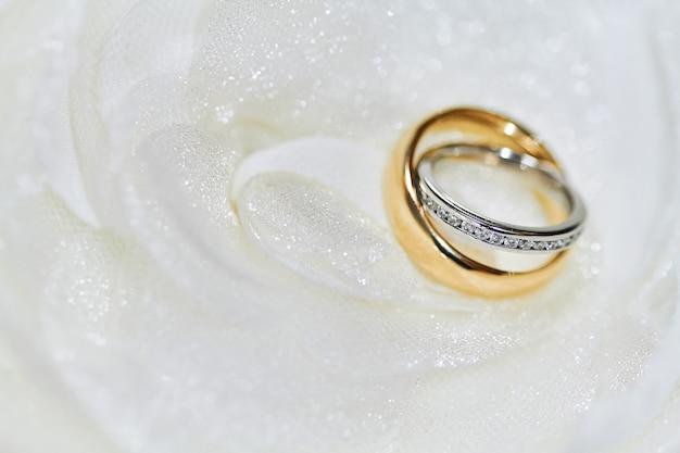 Messa a fuoco selettiva sulla testa di diamante di anelli coppia con shallow deph di campo