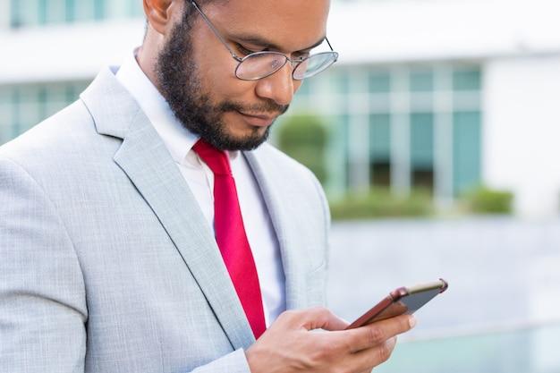 Messaggi mandanti un sms messi a fuoco dell'uomo d'affari serio
