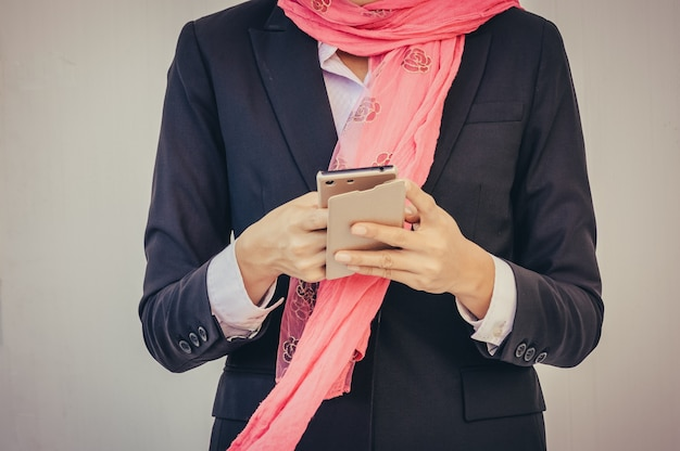 Messaggio arabo della donna di affari su un telefono cellulare