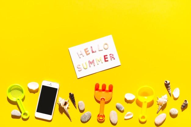 Messaggio ciao estate e cose da spiaggia su una superficie colorata