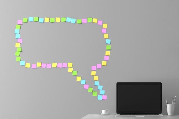Messaggio dal messaggero dagli adesivi incollati sul muro con un laptop