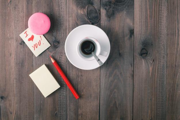 Messaggio di amore sul tavolo con sfondo di caffè