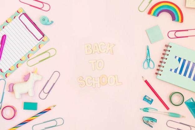 Messaggio di ritorno a scuola con materiale scolastico