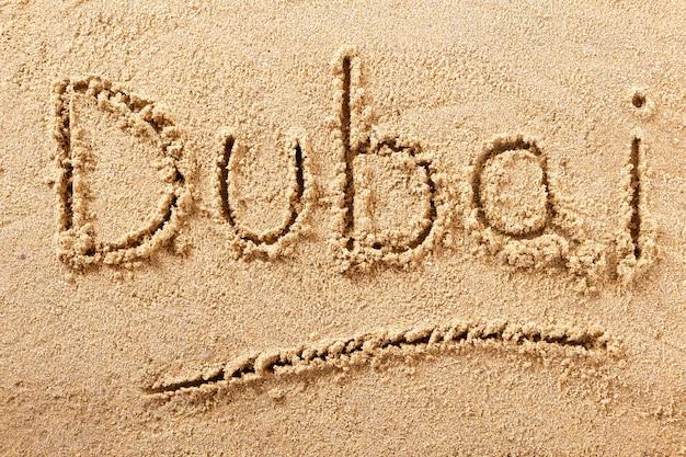 Messaggio di scrittura della spiaggia di estate del segno di viaggio del dubai
