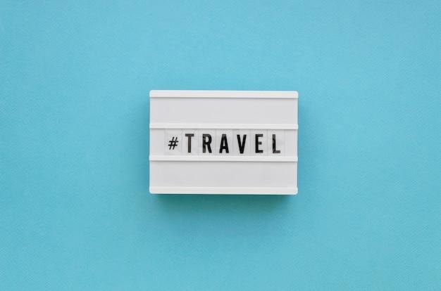 Messaggio di viaggio piatto laici con sfondo blu
