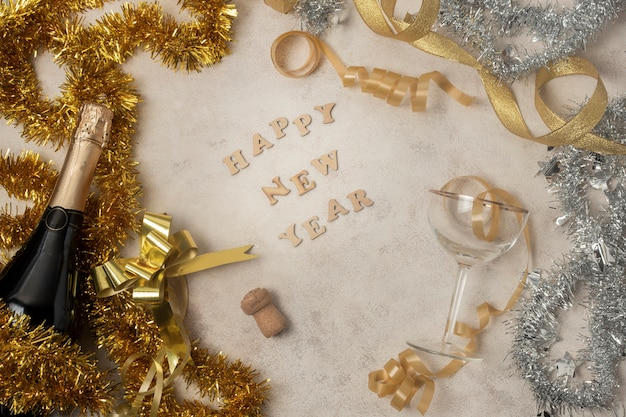 Messaggio dorato del buon anno sulla tavola