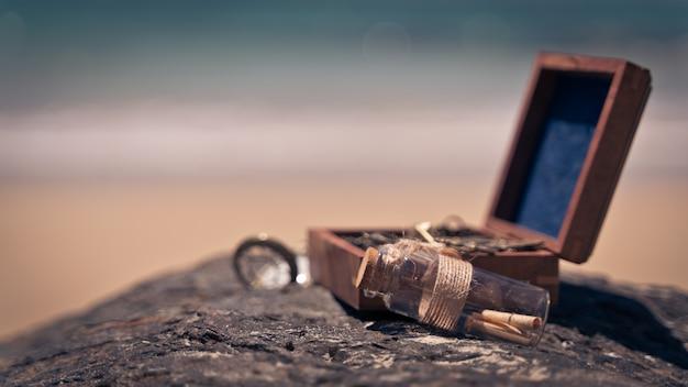 Messaggio in una bottiglia con scrigno del tesoro