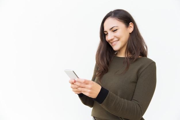Messaggio mandante un sms sorridente dell'utente del cellulare positivo