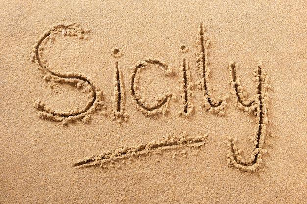 Messaggio scritto a mano della sabbia della spiaggia della sicilia