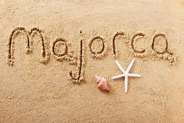 Messaggio scritto a mano della sabbia della spiaggia di maiorca mallorca