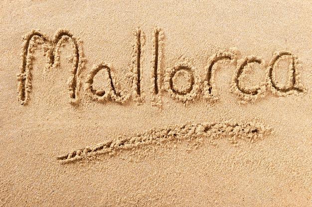 Messaggio scritto a mano della sabbia della spiaggia di mallorca