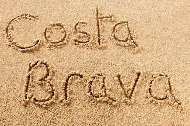 Messaggio scritto a mano sulla sabbia della spiaggia di costa brava