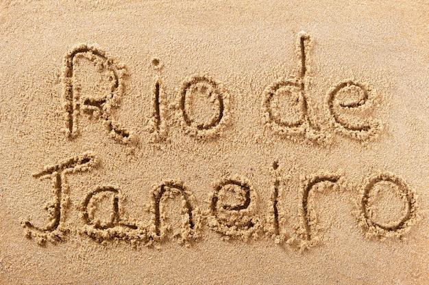 Messaggio scritto a mano sulla sabbia della spiaggia di rio de janeiro