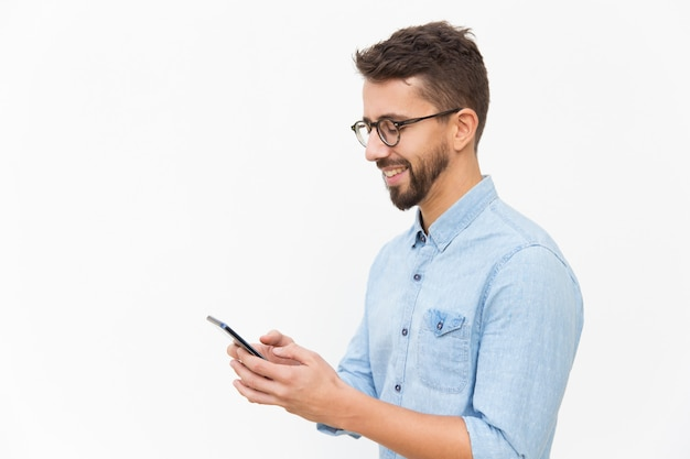 Messaggio sms ragazzo allegro su smartphone