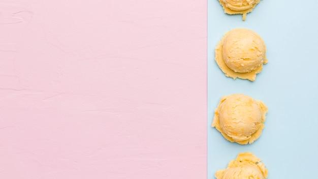 Mestolo di gelato fresco sulla superficie multicolore