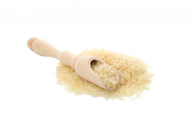 Mestolo e riso isolati su superficie bianca