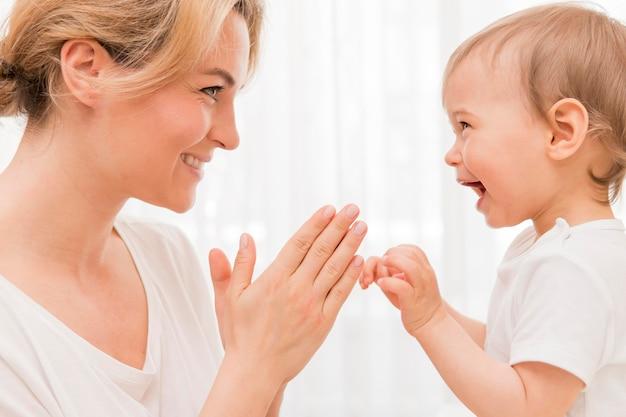 Metà colpo felice madre e bambino divertirsi