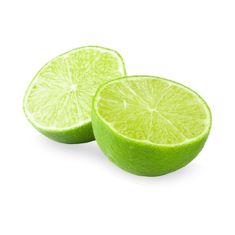 Metà con fetta di lime verde fresco isolato su sfondo bianco