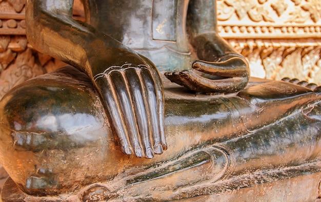 Metà corpo statua antica buddista nel tempio di laos