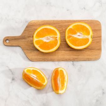 Metà del primo piano dell'arancia sul bordo di legno