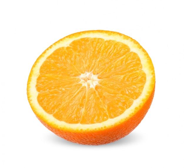Metà dell'arancia isolata con il percorso di ritaglio