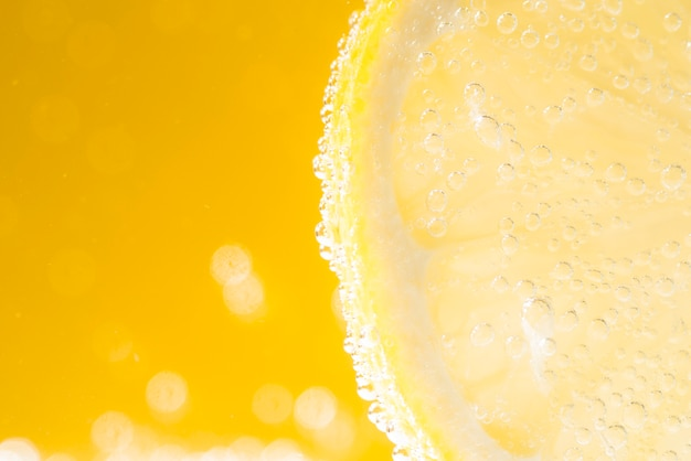 Metà di limone a fette con gocce d'acqua